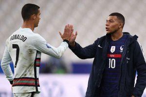 Cristiano Ronaldo bersalaman dengan Kylian Mbappe