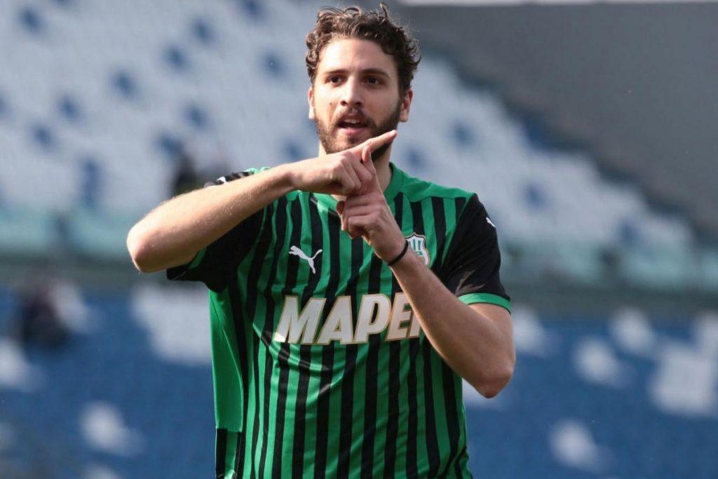 Selebrasi huruf T dari Manuel Locatelli saat berseragam Sassuolo yang berarti Thessa, pasangannya, dan Teddy, mendiang anjingnya (kredit: calciomercato.com)