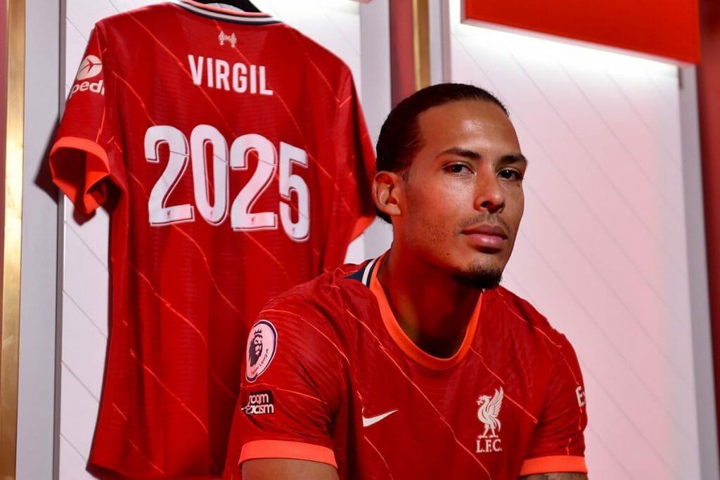 Virgil van Dijk, bek tengah terbaik di dunia tahun 2021 versi Peluit Panjang yang baru perpanjang kontrak di Liverpool sampai 2025. Apakah pada tahun 2025, nama Virgil masih ada di nomor 1 dalam daftar seperti ini (Kredit situs resmi Liverpool FC)